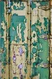 Pintura que forma escamas en la puerta de un contenedor viejo imágenes de archivo libres de regalías