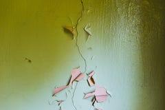 Pintura rachada da parede do Grunge que descasca fora Amarelo e ciano fotografia de stock royalty free