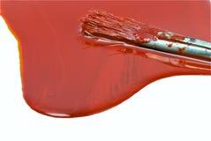 Pintura roja y cepillo usado viejo fotografía de archivo libre de regalías