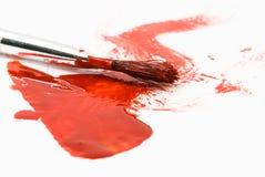 Pintura roja y cepillo usado viejo fotos de archivo libres de regalías