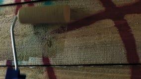 Pintura sobre grafittis de Spraypaint na cerca filme