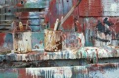 A pintura Splattered Buckets perto do celeiro foto de stock royalty free