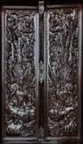 Pintura tailandesa escura preta que cinzela a porta de madeira imagem de stock royalty free
