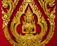 Pintura tailandesa tallada en la puerta de una iglesia En el te budista tailandés Foto de archivo
