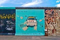 Pintura trabante de Birgit Kinder en Berlin Wall en la galería de la zona este, Berlín Imagen de archivo