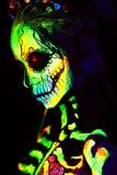 A pintura UV da arte corporal de helloween o esqueleto fêmea foto de stock