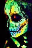 A pintura UV da arte corporal de helloween o esqueleto fêmea fotos de stock