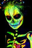 A pintura UV da arte corporal de helloween o esqueleto fêmea fotos de stock royalty free