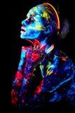 A pintura UV da arte corporal de helloween o guerreiro africano fêmea foto de stock