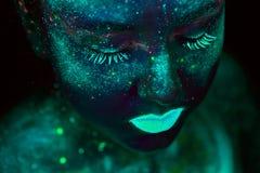 Pintura UV de um universo em um retrato do corpo fêmea foto de stock