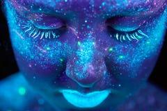 Pintura UV de um universo em um retrato do corpo fêmea fotos de stock royalty free