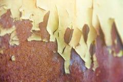 Pintura velha esfarrapada no metal, fundo do ferro oxidado velho, textura da pintura velha foto de stock
