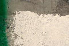Pintura verde, blanca en la pared del grunge primer del fondo Imágenes de archivo libres de regalías