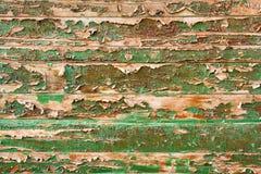 Pintura verde de la peladura en la cerca de madera Foto de archivo libre de regalías