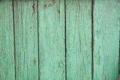 Pintura verde de la peladura en un viejo fondo de madera Imágenes de archivo libres de regalías