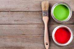 Pintura verde e vermelha no banco com a escova no fundo de madeira velho com espaço da cópia para seu texto Vista superior fotos de stock