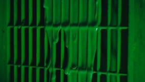 A pintura verde flui abaixo da grelha vídeos de arquivo