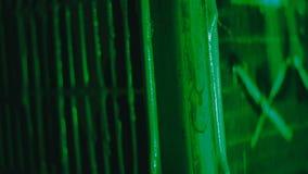 A pintura verde flui lentamente abaixo da grelha vídeos de arquivo