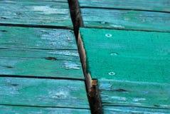 Pintura verde fresca en el fondo de madera Imagen de archivo libre de regalías