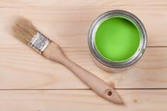Pintura verde no banco a reparar e escovar no fundo de madeira claro fotografia de stock royalty free