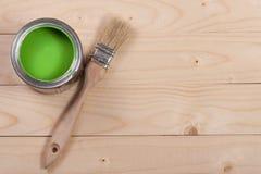 Pintura verde no banco a reparar e escovar no fundo de madeira claro com espaço da cópia para seu texto Vista superior fotos de stock royalty free
