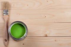 Pintura verde no banco a reparar e escovar no fundo de madeira claro com espaço da cópia para seu texto Vista superior fotos de stock