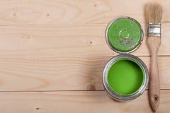Pintura verde no banco a reparar e escovar no fundo de madeira claro com espaço da cópia para seu texto Vista superior fotografia de stock royalty free