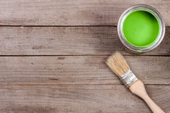 Pintura verde no banco a reparar e escovar no fundo de madeira velho com espaço da cópia para seu texto Vista superior fotografia de stock royalty free