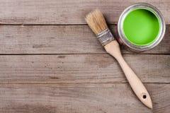 Pintura verde no banco a reparar e escovar no fundo de madeira velho com espaço da cópia para seu texto Vista superior foto de stock