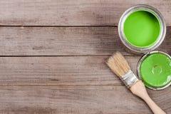 Pintura verde no banco a reparar e escovar no fundo de madeira velho com espaço da cópia para seu texto Vista superior foto de stock royalty free
