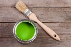 Pintura verde no banco a reparar e escovar no fundo de madeira velho com espaço da cópia para seu texto Vista superior imagem de stock
