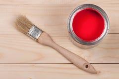 Pintura vermelha no banco a reparar e escovar no fundo de madeira claro fotos de stock