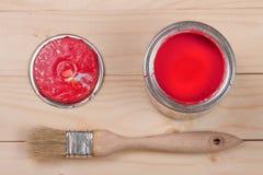 Pintura vermelha no banco a reparar e escovar no fundo de madeira claro imagens de stock