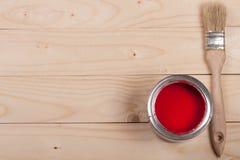 Pintura vermelha no banco a reparar e escovar no fundo de madeira claro com espaço da cópia para seu texto Vista superior fotos de stock