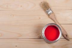 Pintura vermelha no banco a reparar e escovar no fundo de madeira claro com espaço da cópia para seu texto Vista superior fotos de stock royalty free