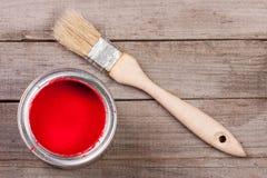 Pintura vermelha no banco a reparar e escovar no fundo de madeira velho fotografia de stock