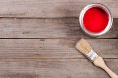 Pintura vermelha no banco a reparar e escovar no fundo de madeira velho com espaço da cópia para seu texto Vista superior fotografia de stock