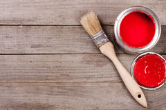 Pintura vermelha no banco a reparar e escovar no fundo de madeira velho com espaço da cópia para seu texto Vista superior fotos de stock royalty free