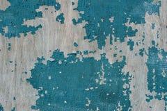 Pintura vieja agrietada en tablones de madera azul imagenes de archivo