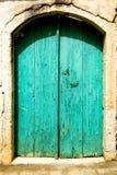Pintura vieja brillante de la peladura de la puerta de la turquesa del trullo Fotografía de archivo