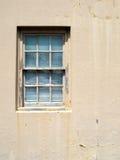 Pintura vieja de la peladura en una ventana imágenes de archivo libres de regalías