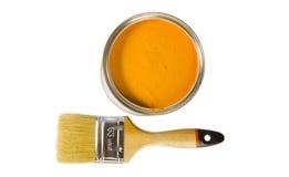 Pintura y cepillo anaranjados imagen de archivo libre de regalías