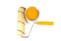 Pintura y cepillo anaranjados foto de archivo