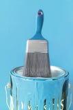 Pintura y cepillo azules claros Imagenes de archivo
