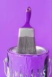 Pintura y cepillo púrpuras Foto de archivo