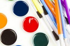 Pintura y cepillos de la manía de la acuarela Foto de archivo libre de regalías