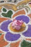 Pintura y flor de arena imagenes de archivo