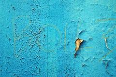Pintura y rasguños azules de la peladura en la pared de una casa, cierre para arriba Foto de archivo libre de regalías
