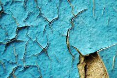 Pintura y rasguños azules de la peladura en la pared de una casa, cierre para arriba Imagenes de archivo