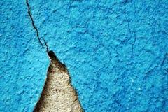 Pintura y rasguños azules de la peladura en la pared de una casa, cierre para arriba Imagen de archivo